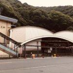 日本有数の温泉街として毎年多くの観光客に賑わう箱根の玄関口として位置する「箱根湯本駅」 箱根湯本駅周辺には食べ歩きで巡るスポットが多く、非常に多くの観光客で賑わっています。 そんな箱根湯本駅に訪れた際に是非とも食べ歩きしたいスポットを紹介して行きます。